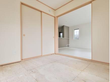 リビング横の和室は何かと便利です(畳はこれから入ります)