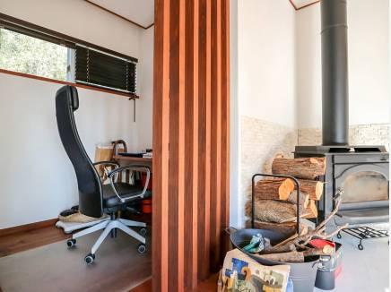 ご主人の夢が叶った書斎、薪ストーブのある暮らしを楽しめます。
