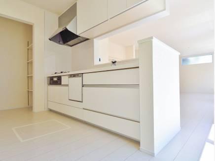 キッチン横には収納棚や勝手口を完備