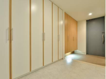 玄関ホールが全て収納となっておりスッキリと片付けることができます。