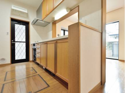 たっぷりの収納の他に勝手口を完備したキッチン