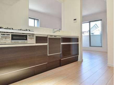 奥行きのあるキッチンスペースは食器棚を置いてもゆとりの広さになりそう