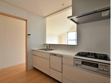 使い勝手の良い対面式キッチン