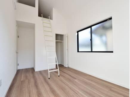 ロフトを完備した天井の高い6.5帖の洋室