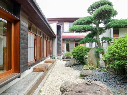 敷地南側に広がる日本庭園はくつろぎの空間になるでしょう。