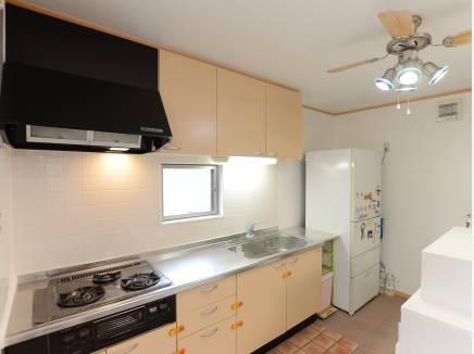 清潔感のあるシステムキッチン、ワイドシンクが使いやすそうですね。