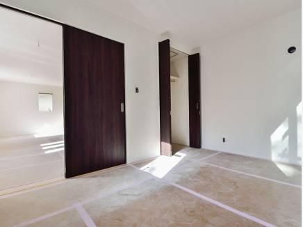 リビングの隣の6帖の洋室は用途に応じてドアを開け閉めして使えそう