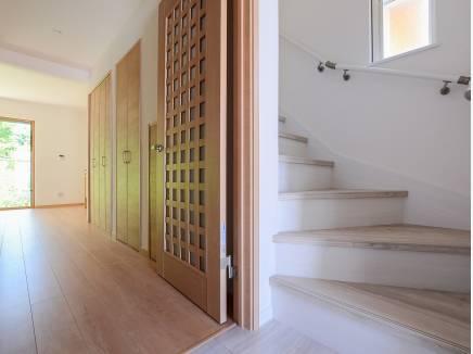 階段にも窓があり、採光と通風にもこだわった造り