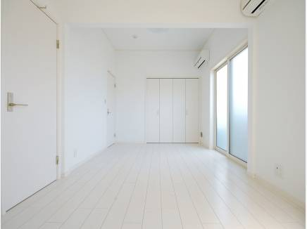 1階の洋室の窓を開けるとウッドデッキが広がります