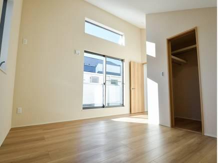 天井が高い主寝室にはウォークインクローゼットを完備