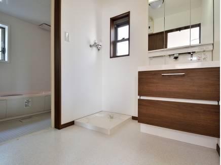 広い洗面台は朝の支度もゆっくり出来そう