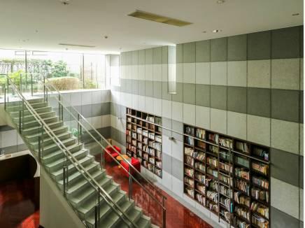 モダンな雰囲気のライブラリースペース