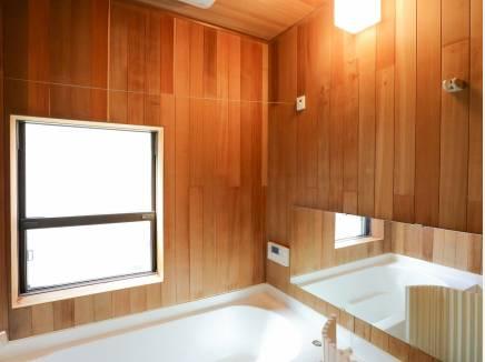 木の香りに包まれた浴室の天井と壁はレッドシダーを使用しています。