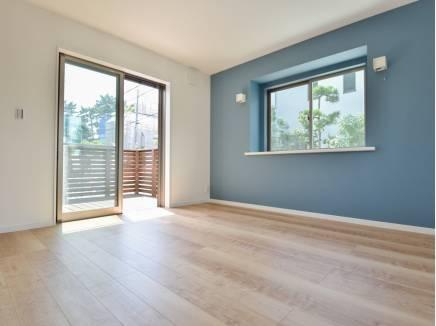ブルーの壁紙がアクセントとなった洋室