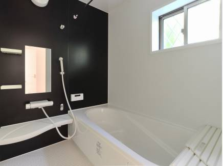 シンプルで落ち着いた雰囲気のバスルーム