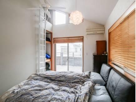 ロフトを完備した天井の高い7帖の洋室です。