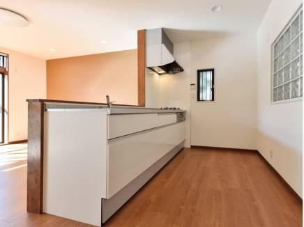 白を基調とした広いキッチン