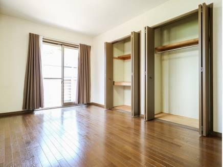豊富な収納スペースが自慢の洋室