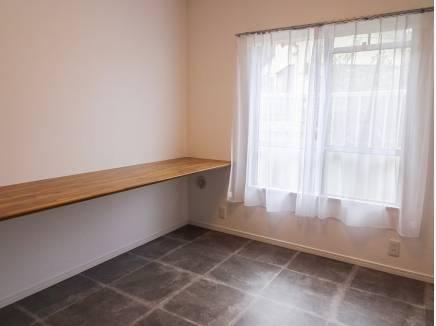 玄関横の洋室は用途多様に使えそうですね
