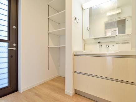 洗面室にも豊富な収納スペースと勝手口があるんです