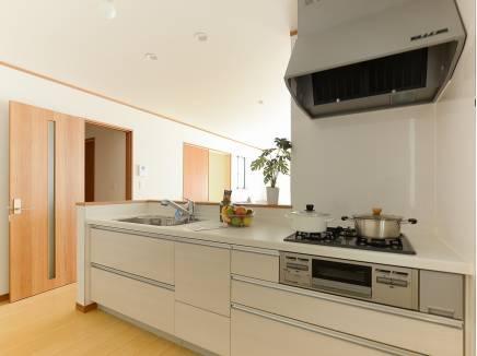 白を基調とした対面キッチン