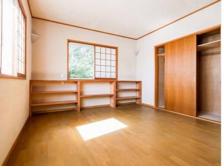 木の温もりを感じられる洋室は収納が豊富です。