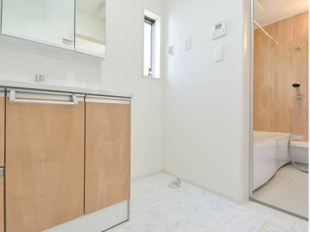 優しい色使いの洗面室・バスルーム