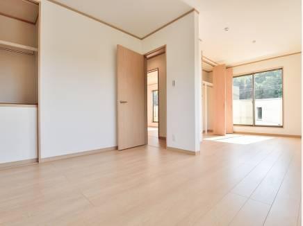 将来的に2部屋にすることも出来る洋室