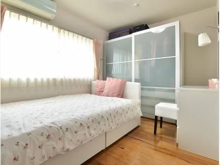 主寝室としても使えそうな約6.2帖の洋室です。