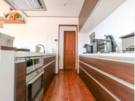 システムキッチンの奥には大容量のパントリーがあります。