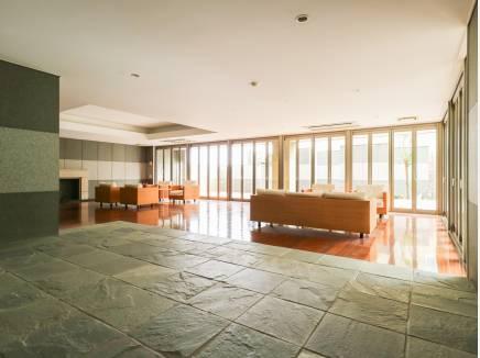 贅沢なラウンジスペースには素敵なソファーが設置されています