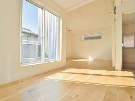 たくさんの窓から明るい光が差し込む17帖超のLDK