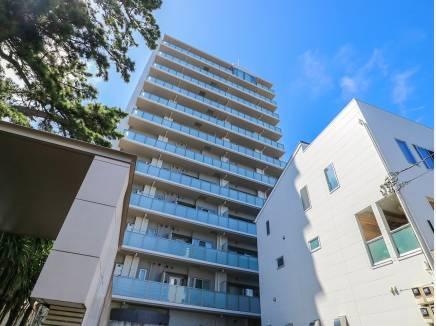青空に映える素敵なマンションです。