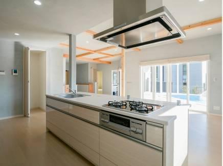 アイランドキッチンは家事動線も良く、開放的