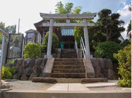 神明神社まで徒歩6分(約450m)
