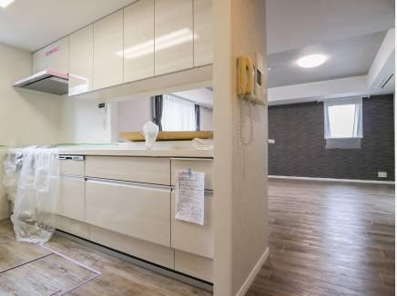 キッチンも新調され、白を基調とした爽やかな空間