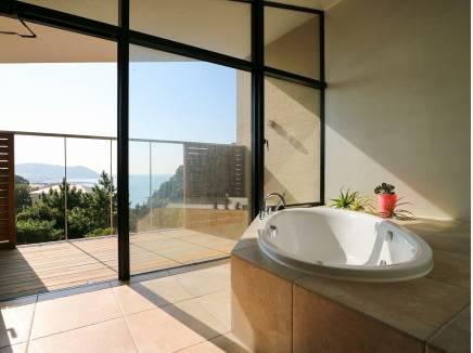 景色を愉しむためのバスルームは癒しの空間に