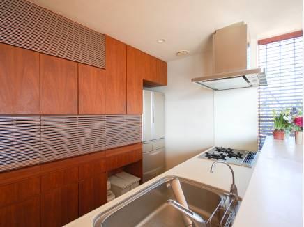 キッチンも広々 木目で統一した背面収納もお洒落な雰囲気を演出します。