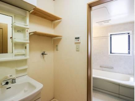 洗面室にも収納スペースを完備