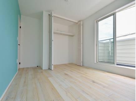 爽やかなブルーの壁紙がアクセントとなった洋室