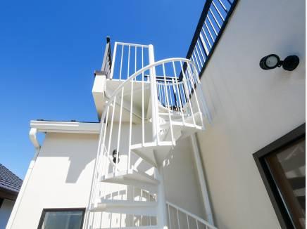 らせん階段を上ると・・・屋上バルコニーに行かれます