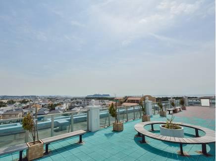屋上からはこの景色 江ノ島がくっきりと望める贅沢空間