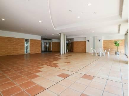 マンションのエントランスはとても開放的なスペースです。