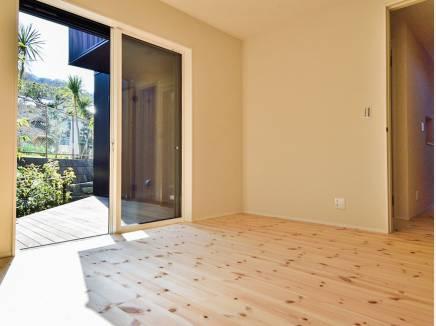 居室と納戸のどちらからもウッドデッキに出られます