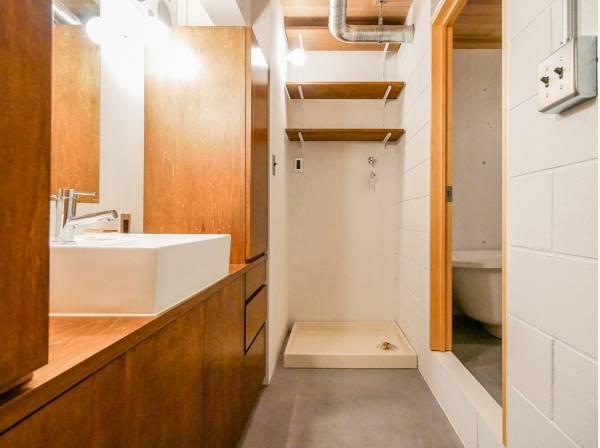 洗面室も木の温もりたっぷり 収納も豊富です