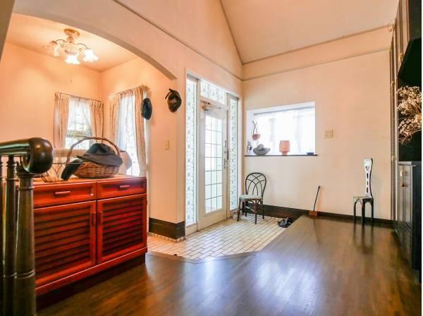 広い玄関は窓から明るい光が差し込みます。