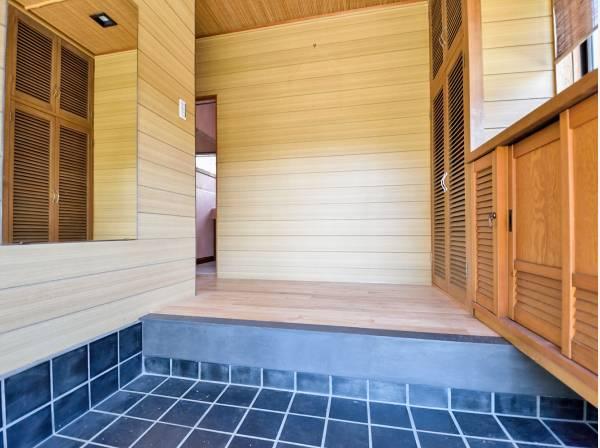 玄関には鏡や収納があり便利