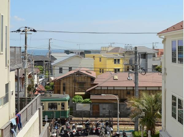 コトコト走る江ノ電と海は湘南ならではの景色