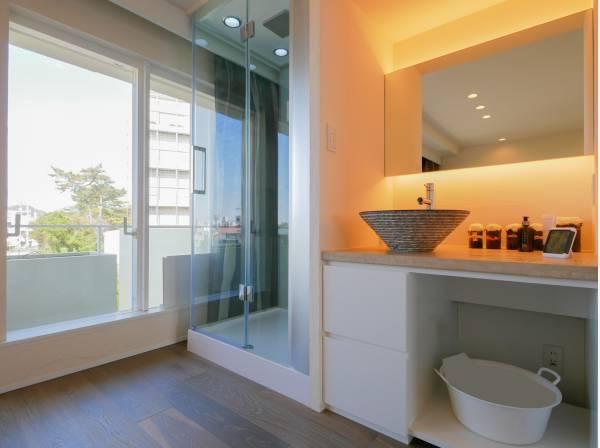 洗面室とシャワールームを洋室