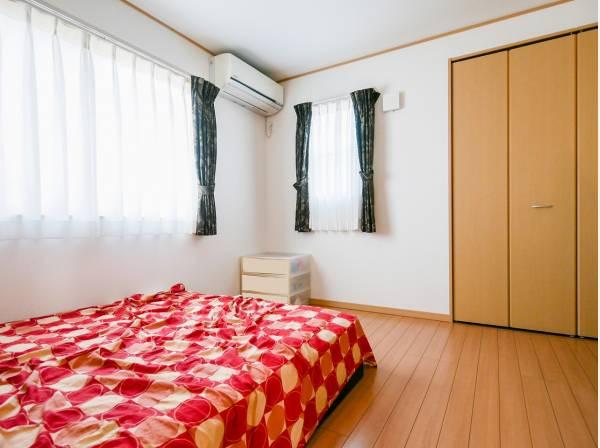 2面採光で陽当たり・通風良好な8帖の洋室です。